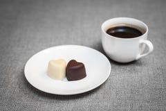 Чашка кофе и 2 в форме сердц шоколада Стоковое Изображение