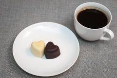 Чашка кофе и 2 в форме сердц шоколада Стоковые Фотографии RF