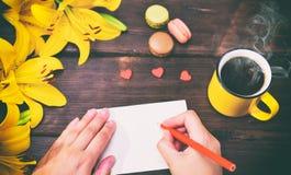 Чашка кофе и 2 женских руки Стоковая Фотография RF