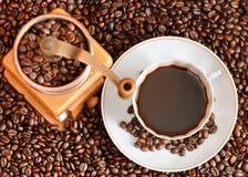 Чашка кофе и зажаренные в духовке фасоли Стоковая Фотография