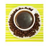 Чашка кофе и зерна на салфетке Стоковые Фото