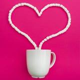 Чашка кофе и зефиры на розовой предпосылке Сердце Плоское положение Взгляд сверху Стоковое Изображение