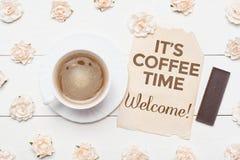 Чашка кофе и лист года сбора винограда бумажный It& x27; время кофе s! Стоковые Изображения RF