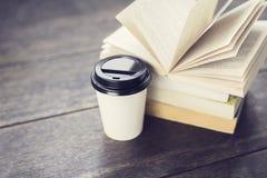 Чашка кофе и книги на поле Стоковое Изображение