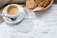 Чашка кофе и корзина с шутихами служили для завтрака на w стоковые изображения rf