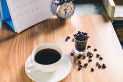 Чашка кофе и кофейные зерна на таблице стоковые фотографии rf