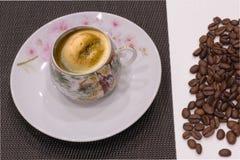 Чашка кофе и кофейные зерна стоковые фотографии rf