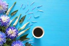 чашка кофе и красивое расположение голубых и белых цветков Стоковое фото RF