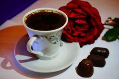 Чашка кофе и красная роза стоковые фотографии rf