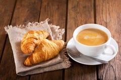 Чашка кофе и круассаны Стоковое Изображение RF