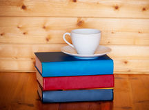 Чашка кофе и куча книг Стоковая Фотография RF