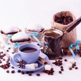 Чашка кофе и пирожные Концепция кофе на белом bac Стоковая Фотография