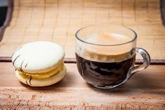 Чашка кофе и торт, взгляд со стороны стоковое фото