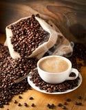 Чашка кофе и торт на кофейных зернах стоковые фото