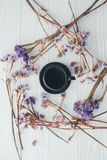 Чашка кофе и фиолетовые цветки Валентайн дня s Стоковое фото RF