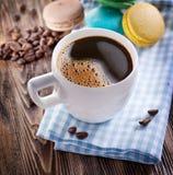 Чашка кофе и французское macaron Стоковое Фото
