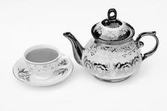 Чашка кофе и чайник с белой предпосылкой mono Стоковое фото RF