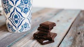 Чашка кофе и шоколад на деревянном столе стоковая фотография rf