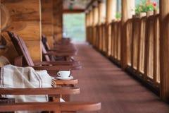 Чашка кофе и шотландка на террасе Стоковые Фото