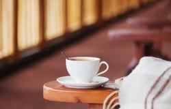 Чашка кофе и шотландка на террасе Стоковое Изображение RF