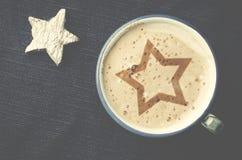 Чашка кофе капучино с пеной в форме звезды на голубом j Стоковое Изображение