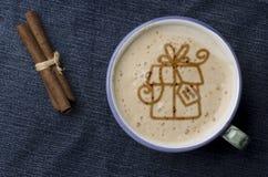 Чашка кофе капучино с пеной в форме подарка на голубом j Стоковое Фото