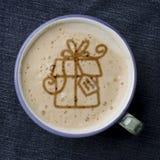 Чашка кофе капучино с пеной в форме подарка на голубом j Стоковые Фотографии RF