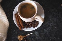 Чашка кофе ключ к хорошему настроению На черноте, темной текстурной предпосылке, составе шарфа белых, сливк и белого стоковое изображение rf