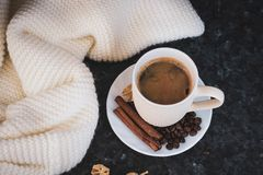 Чашка кофе ключ к хорошему настроению На черноте, темной текстурной предпосылке, составе шарфа белых, сливк и белого стоковая фотография rf