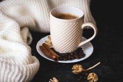 Чашка кофе ключ к хорошему настроению На черноте, темной текстурной предпосылке, составе шарфа белых, сливк и белого стоковые изображения rf
