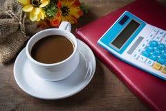 Чашка кофе, книги и калькулятор Стоковое фото RF
