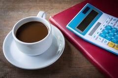 Чашка кофе, книги и калькулятор Стоковое Изображение RF