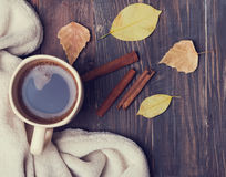 Чашка кофе, книги, одеяло и листья желтого цвета Стоковое Изображение RF