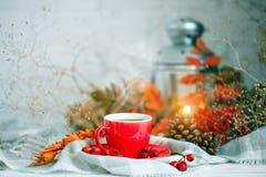 Чашка кофе, конусы и листья осени на деревянном столе крупный план предпосылки осени красит красный цвет листьев плюща померанцов Стоковое Фото