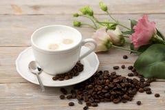 Чашка кофе, кофейные зерна и цветки eustoma Стоковое Изображение RF