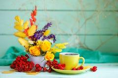 Чашка кофе, листья осени и цветки на деревянном столе жизнь осени все еще Селективный фокус Стоковое Изображение RF