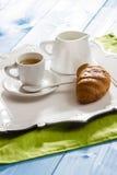 Чашка кофе, молоко и свежий круассан Стоковое фото RF