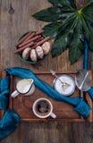 Чашка кофе, молоко, печенья, шоколад на старом деревянном tabl стоковые фотографии rf