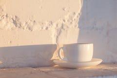 Чашка кофе на белой предпосылке кирпича Стоковое Изображение RF