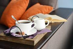 Чашка кофе на винтажном подносе стоковые фото