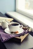 Чашка кофе на винтажном подносе стоковое изображение rf