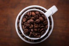 Чашка кофе на коричневой предпосылке Стоковое Изображение RF