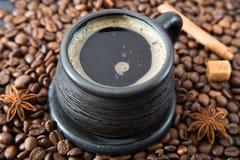 Чашка кофе на кофейных зернах Стоковые Фотографии RF