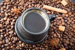 Чашка кофе на кофейных зернах Стоковое фото RF