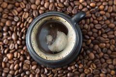 Чашка кофе на кофейных зернах Стоковая Фотография RF
