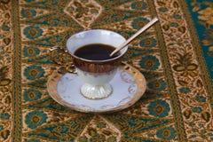 Чашка кофе на орнаментальном Backgroundon стоковое изображение
