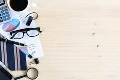 Чашка кофе на офисе стола дела с copyspace Стоковое Изображение RF