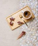 Чашка кофе на партии пляжа Стоковые Фото
