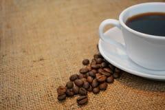 Чашка кофе на предпосылке мешковины стоковое изображение