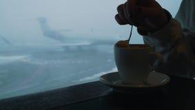 Чашка кофе на предпосылке самолета в аэропорте видеоматериал